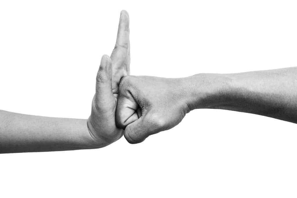 Hand houdt vuist tegen